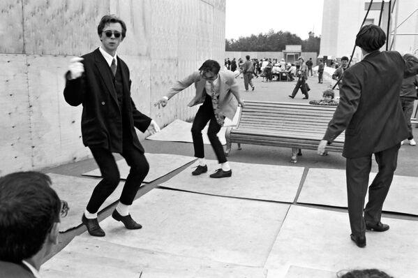 Giovani di Mosca danzano il twist. 1980.  - Sputnik Italia