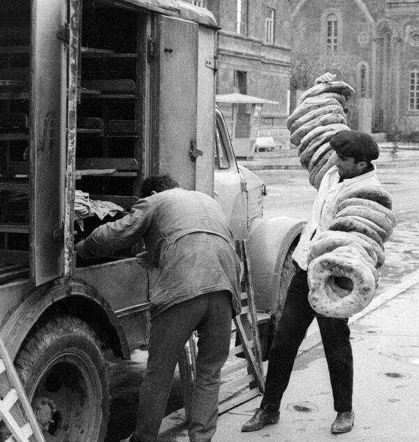 Impiegati di una delle panetterie di Leninakan (oggi Gyumri), Armenia. 1968. - Sputnik Italia