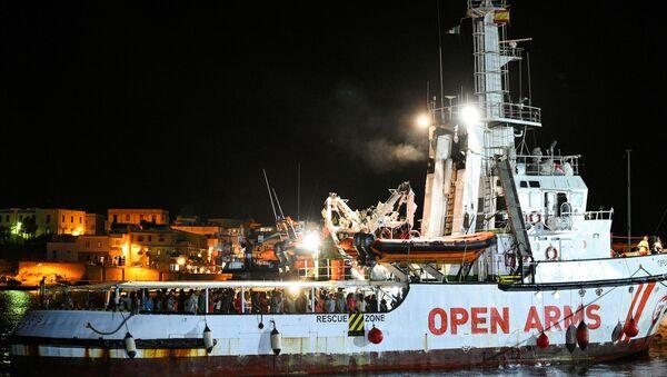 La nave spagnola Open Arms arriva nel porto di Lampedusa, il 20 agosto 2019 - Sputnik Italia