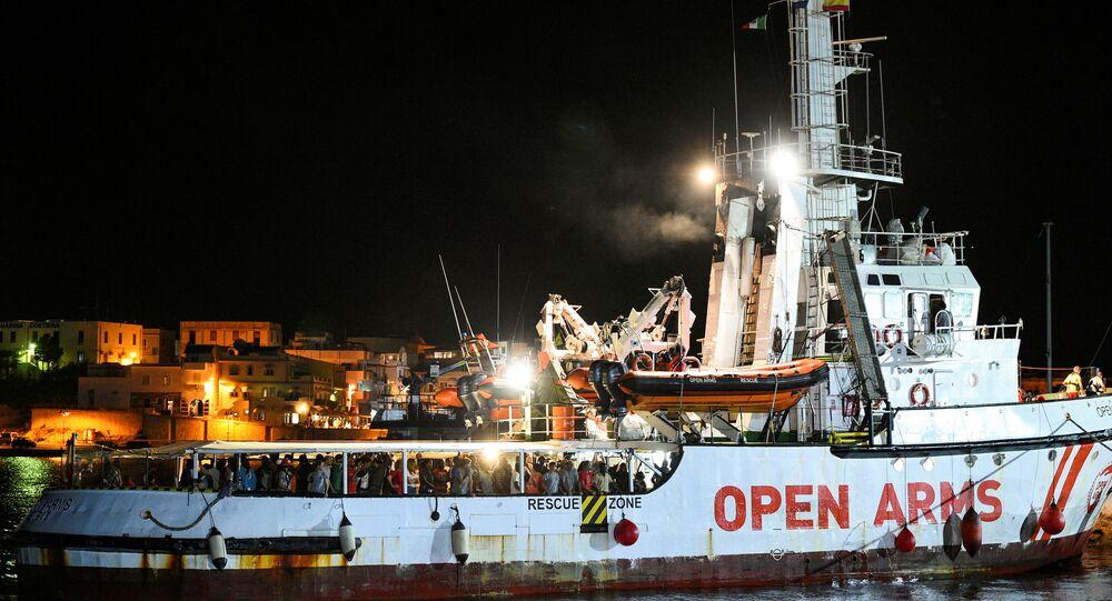 La nave spagnola Open Arms arriva nel porto di Lampedusa (foto d'archivio)