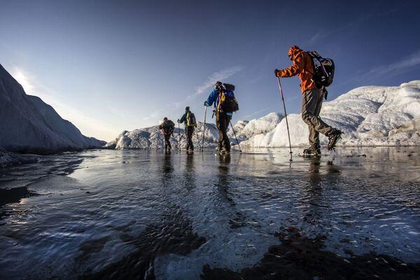 Lo sportivo ceco Petr Kraus attraversa una cappa di ghiaccio in Groenlandia.  - Sputnik Italia