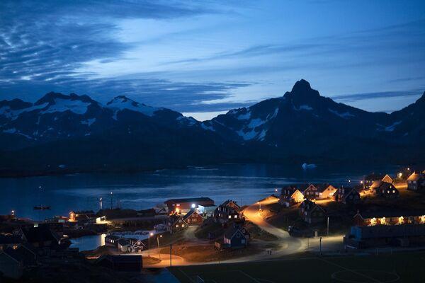 La vista sulla città di Tasiilaq di notte. - Sputnik Italia