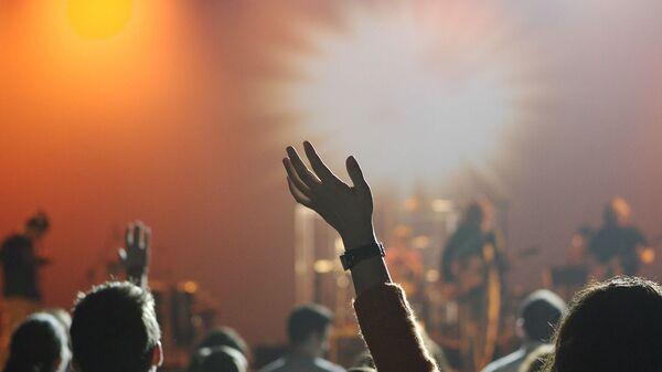 Ragazzi ad un concerto. In un anno di stop le cifre date da Bauli in piazza fotografano un settore in ginocchio: -89% concerti dal vivo. - Sputnik Italia