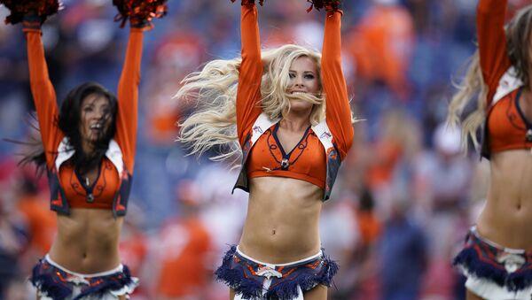 Le cheerleader della squadra di calcio statunitense Denver Broncos durante la partita del campionato nazionale contro San Francisco 49ers. - Sputnik Italia