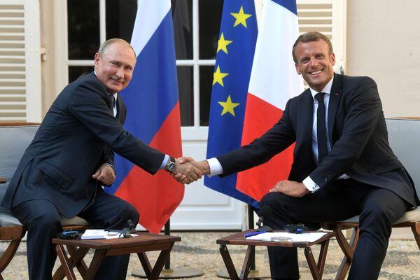 Il presidente russo Vladimir Putin e il presidente francese Emmanuel Macron a Fort de Brégançon, al sud della Francia. - Sputnik Italia