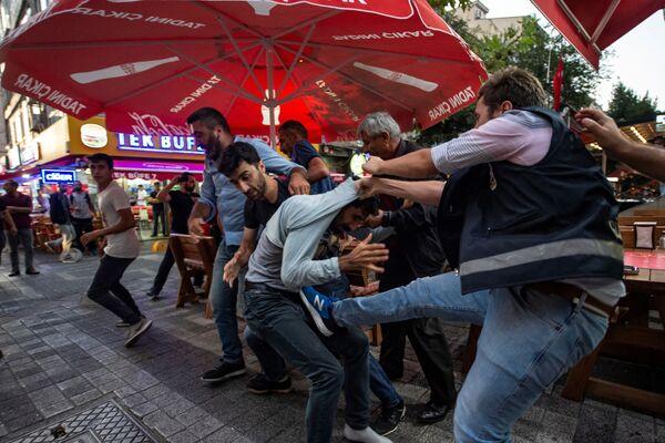 Le proteste ad Istanbul contro le sostituzione dei sindaci curdi con i rappresentanti statali. - Sputnik Italia