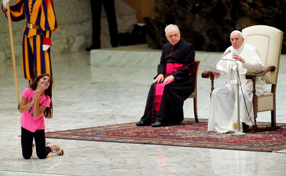 Una ragazza ascolta il discorso del Papa Francesco all'Aula Paolo VI a Vaticano.