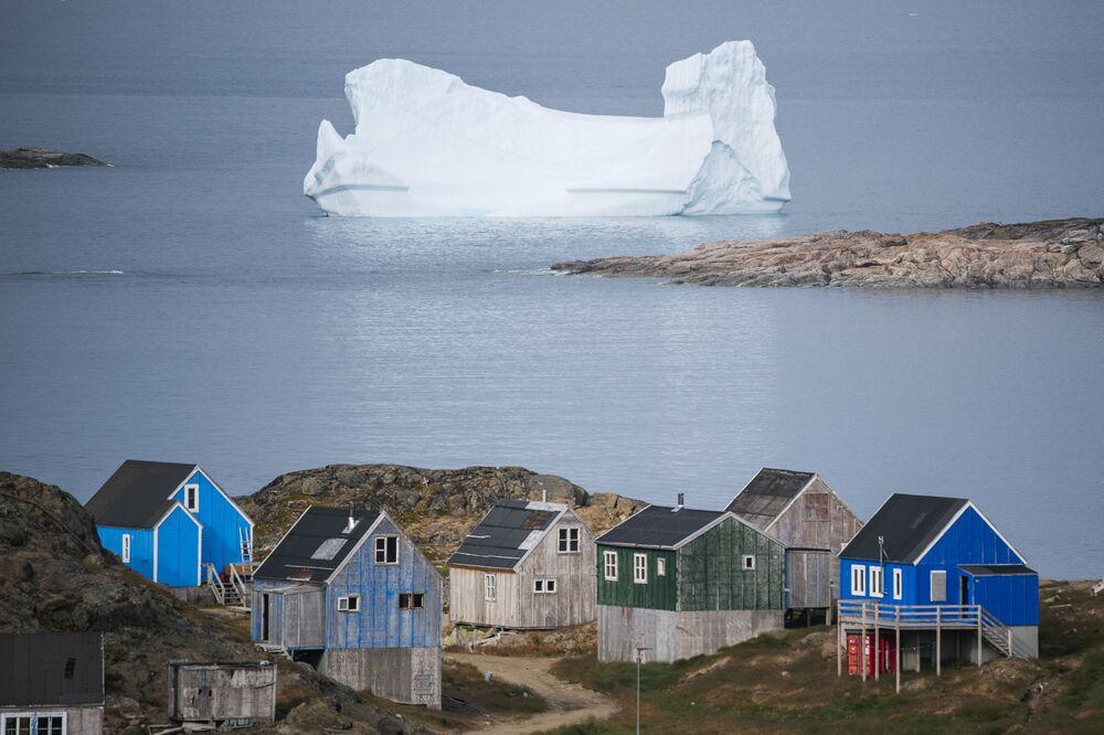 Un iceberg vicino alla città di Kulusuk sull'isola danese di Groenlandia.