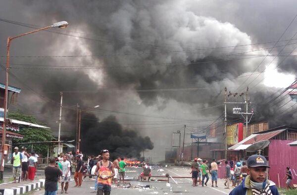 Violente proteste a Manokwari, nella provincia di Papua, in Indonesia, dove i separatisti hanno dato alle fiamme il parlamento locale - Sputnik Italia
