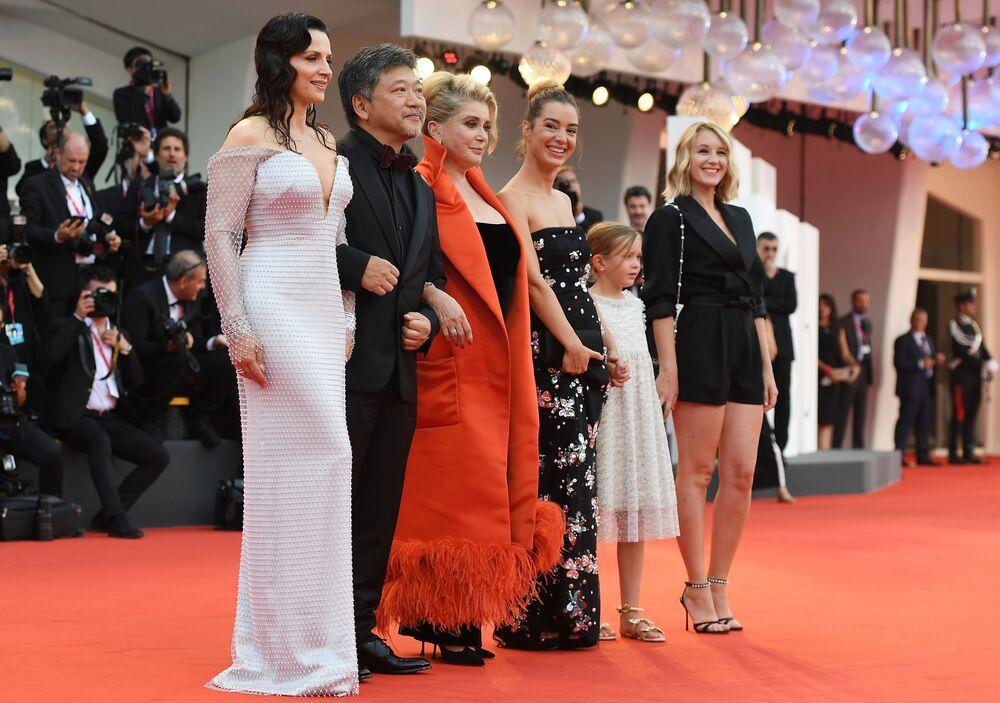 Le attrici Catherine Deneuve e Juliette Binoche, il regista giapponese Hirokazu Kore'eda, Manon Clavel, Clementine Grenier, Ludivine Sagnier hanno presentato il film La vérité.