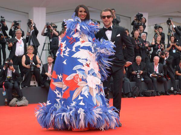 Il regista Francesco Carrozzini e la modella somala Iman Mohamed Abdulmajid.  - Sputnik Italia