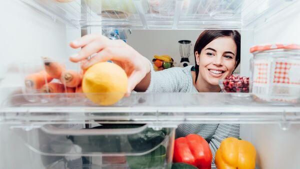 Ragazza prende un limone dal frigorifero - Sputnik Italia