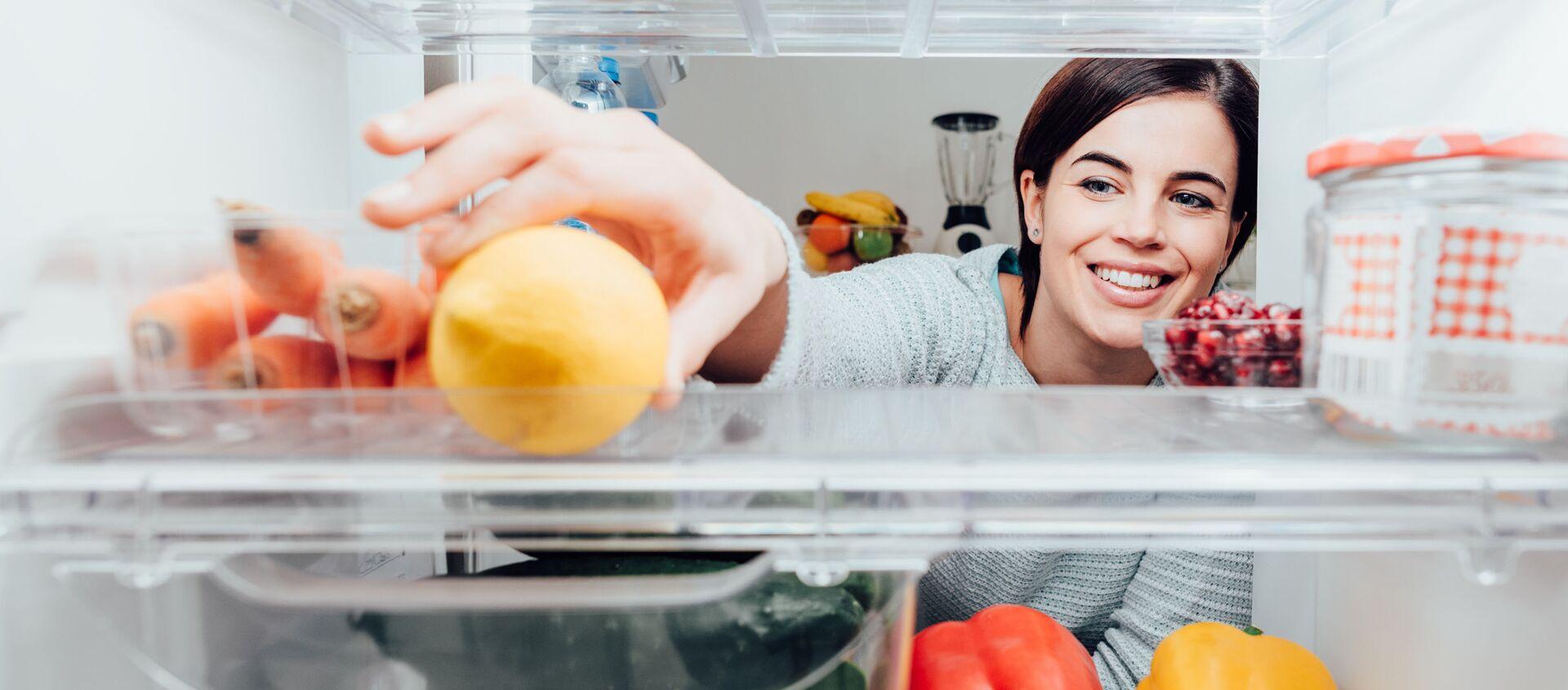 Ragazza prende un limone dal frigorifero - Sputnik Italia, 1920, 02.04.2020