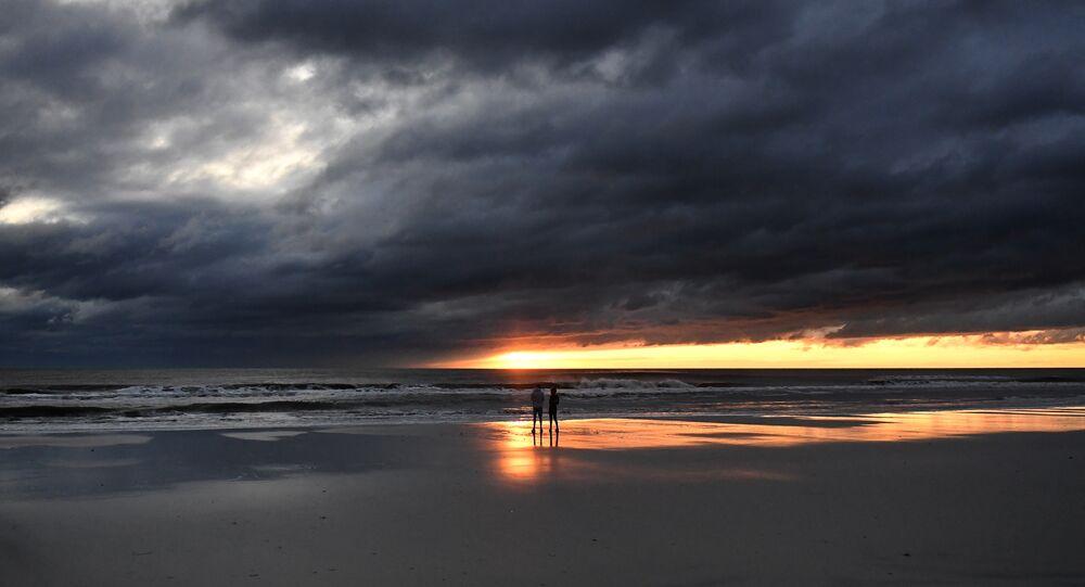 Una coppia in Florida dopo l'uragano Matthew del 2016