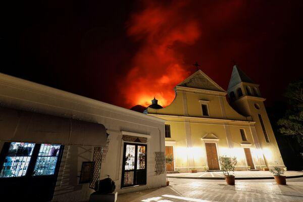 Secondo i residenti locali, alle 22.45 circa si è sentita una potente esplosione, dopodiché una colonna di cenere e polvere vulcanica si è alzata sopra il cratere del vulcano.  - Sputnik Italia