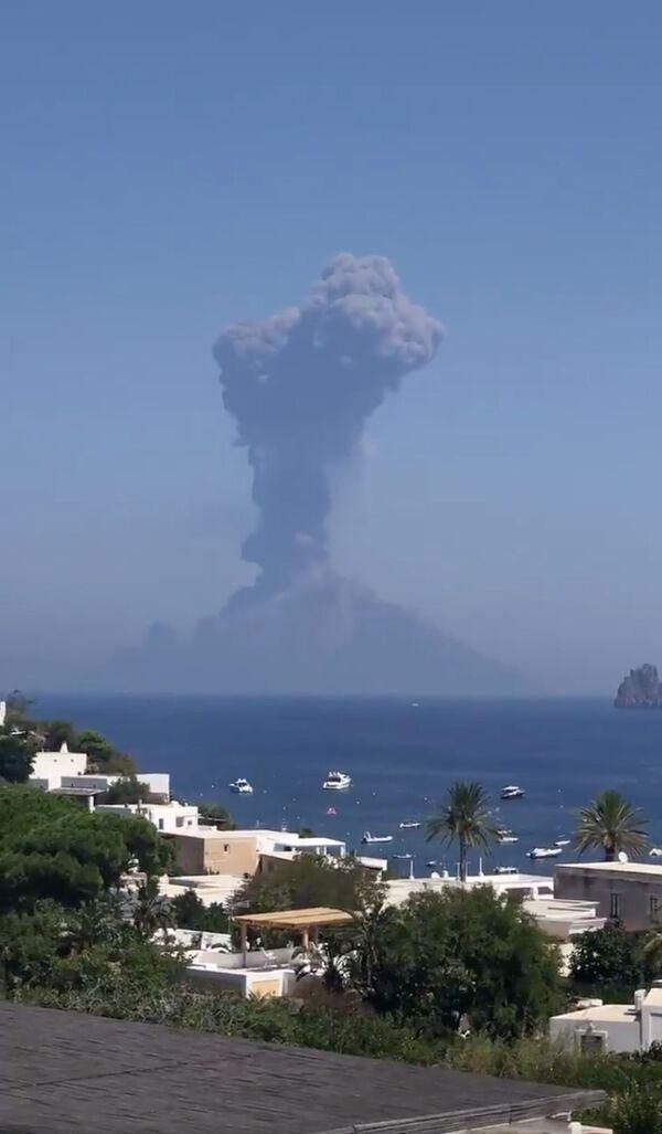 Successivamente, con un intervallo di circa 20 minuti, si sono verificate altre due esplosioni meno potenti, che sono state anche accompagnate dal rilascio di materiale vulcanico. - Sputnik Italia