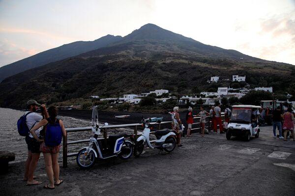 Туристы разглядывают вулкан Стромболи на следующий день после извержения - Sputnik Italia