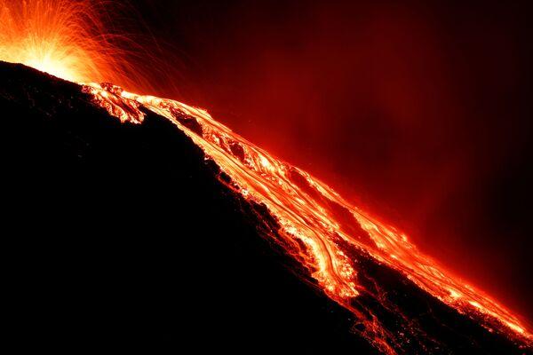 Inoltre, la lava ha iniziato a fuoriuscire dal cratere sul versante occidentale del vulcano.  - Sputnik Italia