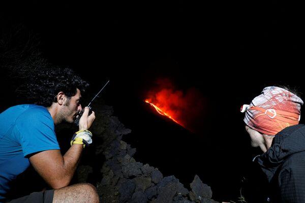 Secondo testimoni oculari, il flusso di lava era visibile a una distanza di diversi chilometri. - Sputnik Italia