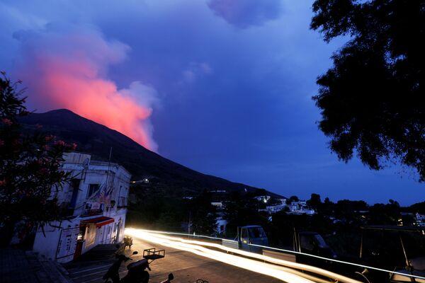 Secondo la protezione civile, i cui specialisti hanno immediatamente contattato le autorità dell'isola di Stromboli, non ci sono state vittime o danni.  - Sputnik Italia