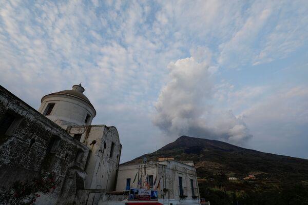 Una tale frequenza di eruzioni non è mai stata osservata in tutta la storia delle osservazioni di Stromboli. - Sputnik Italia
