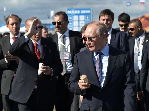 Il presidente russo Vladimir Putin e il presidente turco Recep Tayyip Erdogan con i gelati durante una visita al Salone Aeronautico MAKS 2019, il 27 agosto 2019.  - Sputnik Italia