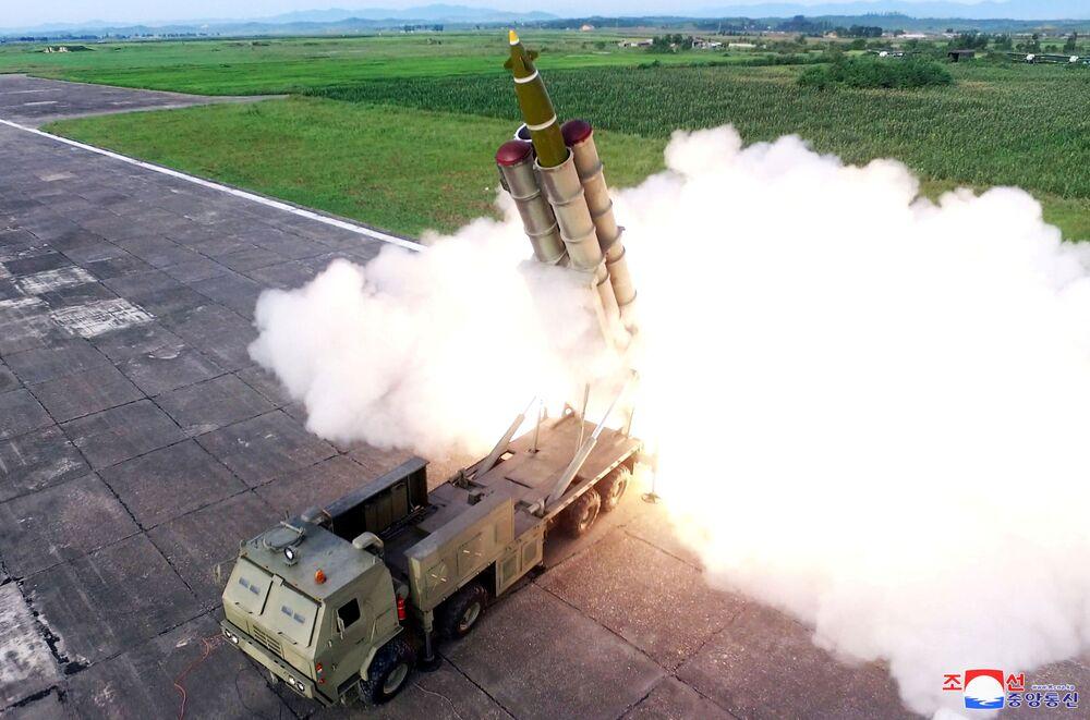 Il lancio di un missile durante i test di una nuova piattaforma multifunzionale in Corea del Nord.