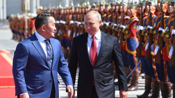 Il presidente della Mongolia Khaltmaagiin Battulga accoglie il presidente russo Vladimir Putin - Sputnik Italia