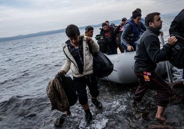 Migranti arrivano all'isola di Lesbo