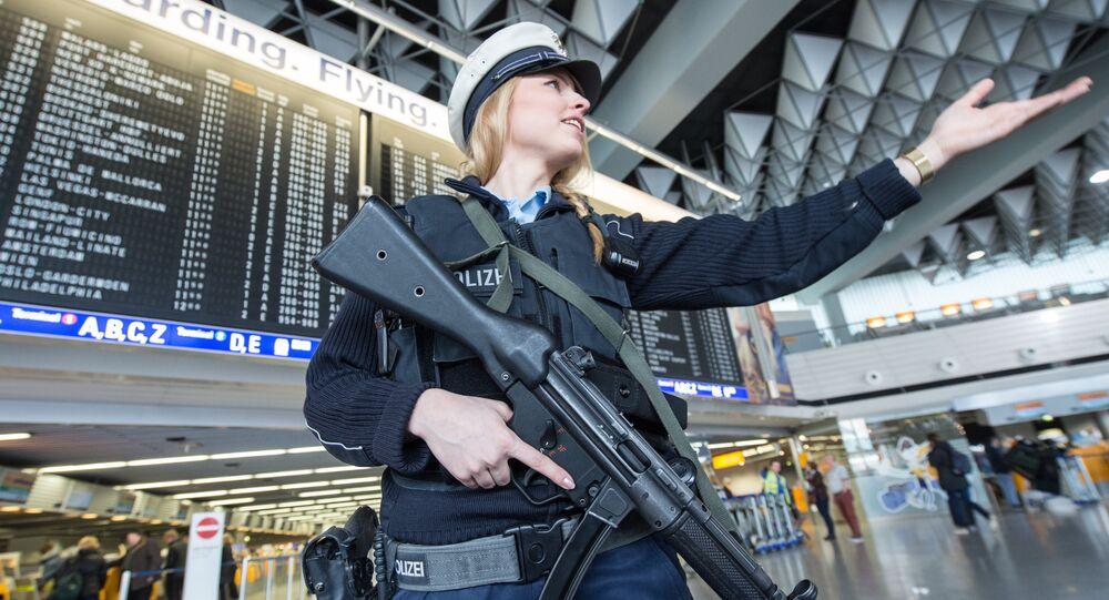 Una poliziotta armata all'aeroporto di Francoforte