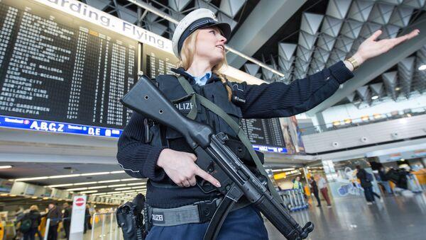 Una poliziotta armata all'aeroporto di Francoforte - Sputnik Italia