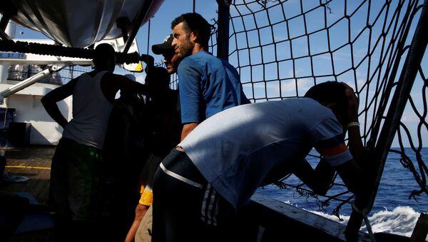 Migranti alla nave Alan Kurdi - Sputnik Italia