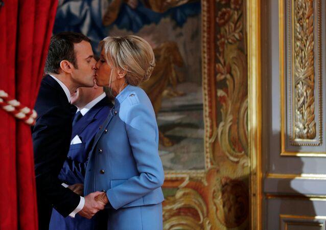Emmanuel e Brigitte Macron durante l'inaugurazione del presidente francese
