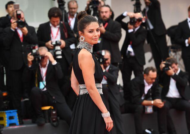 La padrona del Festival, Alessandra Mastronardi, sul tappeto rosso prima della Cerimonia di chiusura.