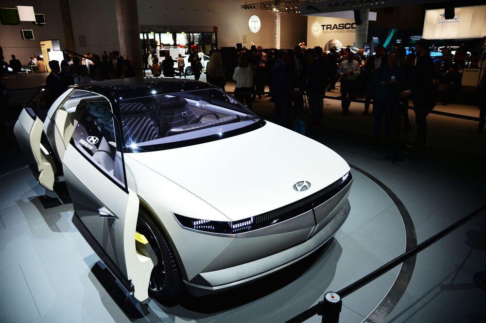 """""""Concept nel concept"""": i coreani di Hyundai hanno portato un'auto con l'indice 45. La silhouette a forma di coupé ricorda molto il Concept Pony Coupe, mostrato nel 1974. Le batterie del concept sono nascoste sotto e la carica dell'accumulatore può essere monitorata dai LED nelle porte."""