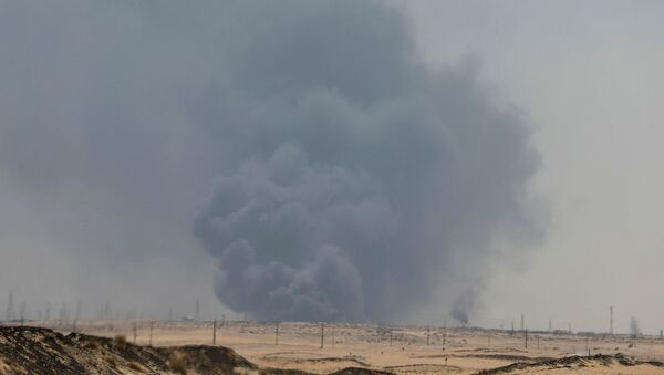 Smoke is seen following a fire at Aramco facility in the eastern city of Abqaiq, Saudi Arabia, September 14, 2019. REUTERS/Stringer - Sputnik Italia