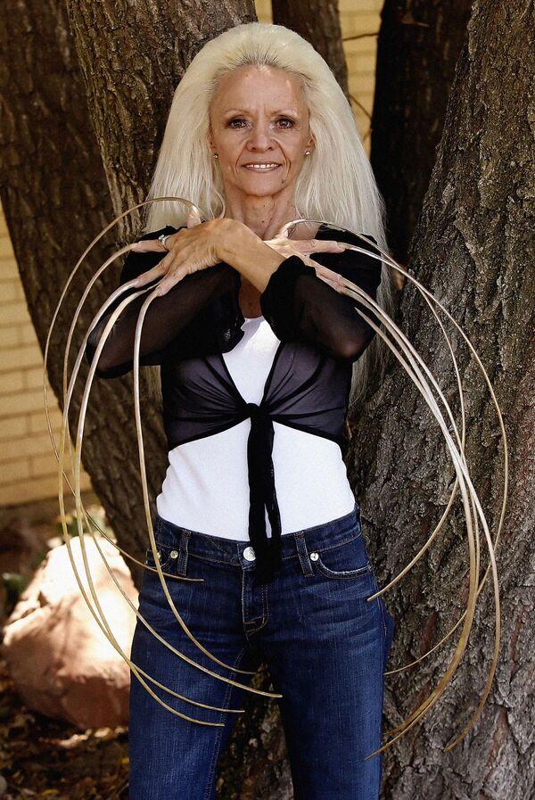 Nel 2006 Lee Redmond ha avuto le più lunghe unghie al mondo. - Sputnik Italia