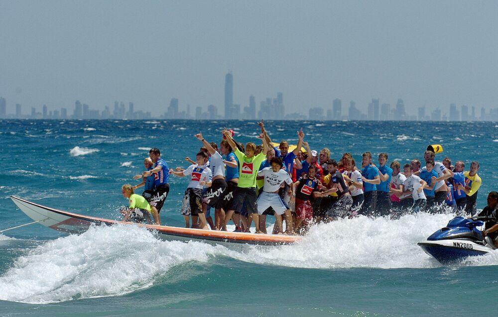 47 surfisti sulla più lunga tavola da surf nel marzo del 2005, Australia.