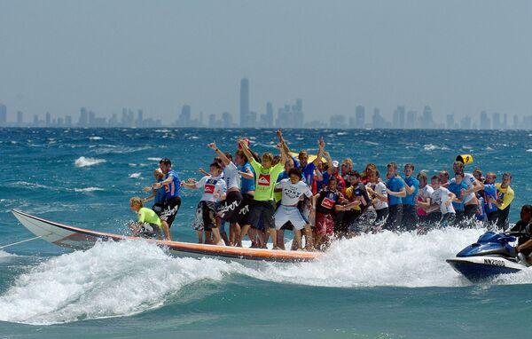 47 surfisti sulla più lunga tavola da surf nel marzo del 2005, Australia.  - Sputnik Italia