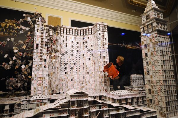 Bryan Berg, l'uomo che usando 218792 carte da gioco ha costruito un modello di casino e hotel di Macao. Ci sono voluti 44 giorni per farlo.  - Sputnik Italia