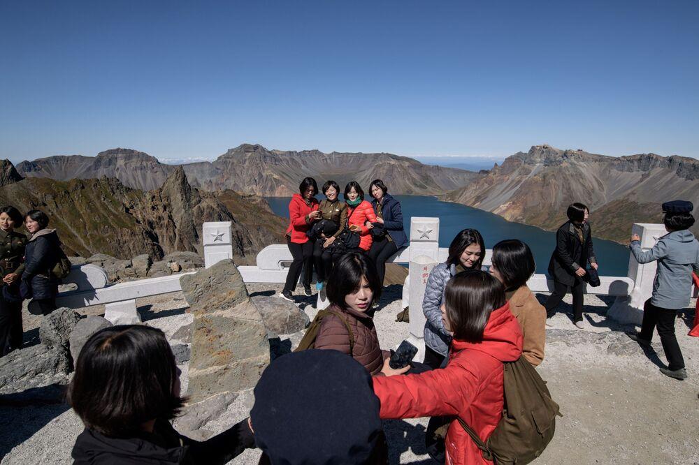 Le studentesse si fanno selfie vicino al vulcano Paektu.
