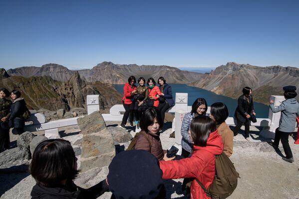 Le studentesse si fanno selfie vicino al vulcano Paektu. - Sputnik Italia