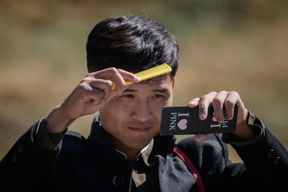 Studente nordcoreano che si pettina dopo aver remato sul lago Chonji, vicino alla contea nordcoreana di Samjiyon.