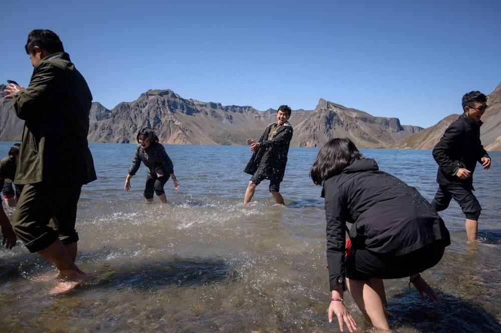 Gli studenti sguazzano nel lago Chonji.