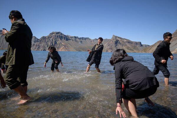 Gli studenti sguazzano nel lago Chonji. - Sputnik Italia