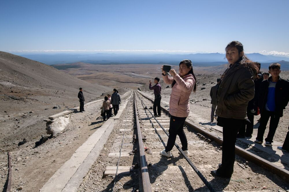 Turisti nordcoreani sulla terrazza panoramica vicino alla cima del monte Paektu.