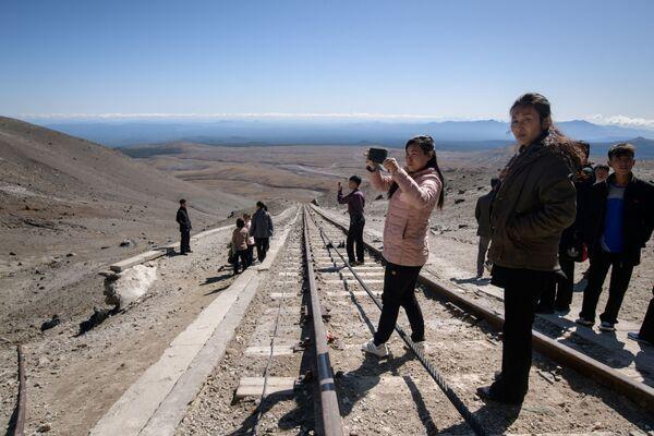 Turisti nordcoreani sulla terrazza panoramica vicino alla cima del monte Paektu. - Sputnik Italia