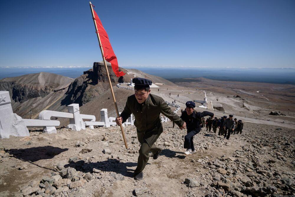Gli studenti salgono sul monte Paektu.