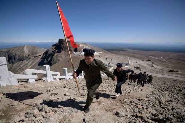 Gli studenti salgono sul monte Paektu. - Sputnik Italia