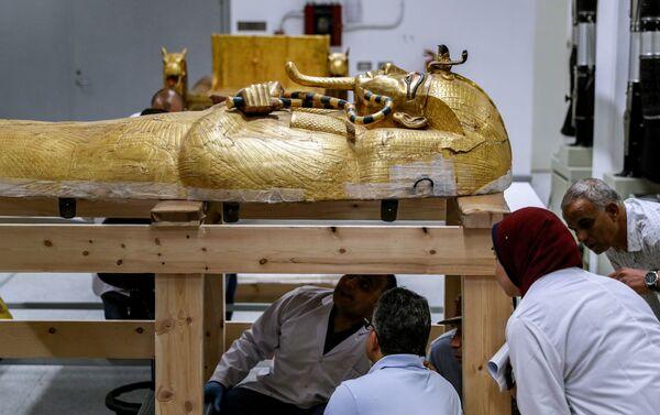 Esperti egiziani al lavoro per restaurare la doratura del sarcofago di Tutankhamon - Sputnik Italia